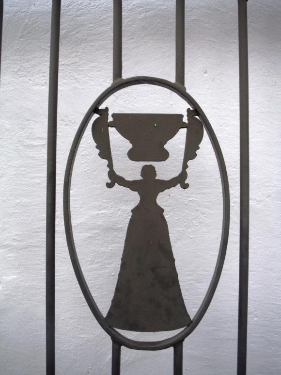 Warwick's logo is a wedding cup from which two persons can drink at the same time